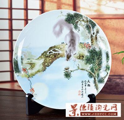 景德镇陶瓷器天趣松鼠装饰陈设彩瓷盘工艺品家居摆件涂序生