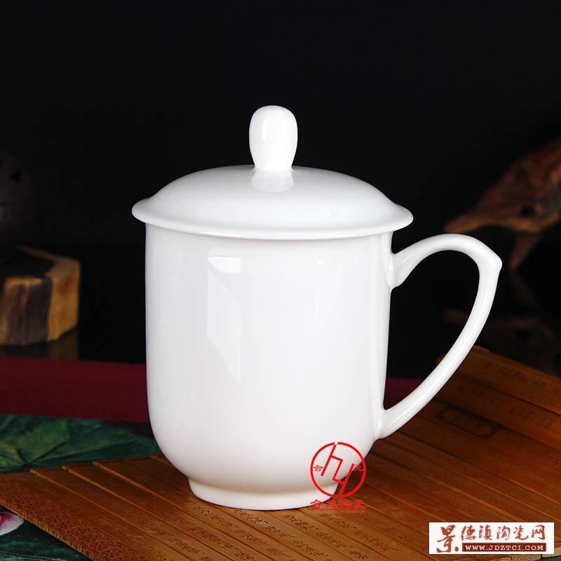 纯白陶瓷茶杯